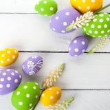 Ovos da páscoa com flores da mola Fotografia de Stock Royalty Free
