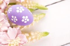 Ovos da páscoa com flores da mola Fotos de Stock Royalty Free