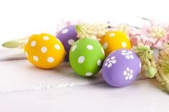 Ovos da páscoa com flores da mola Foto de Stock Royalty Free
