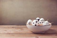 Ovos da páscoa com o ornamento do desenho da mão na tabela de madeira Imagem de Stock Royalty Free