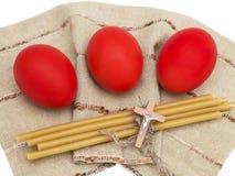 Ovos da páscoa com velas e uma crucificação Imagem de Stock