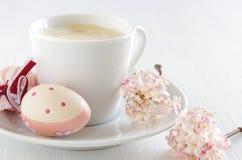 Ovos da páscoa com xícara de café Fotos de Stock