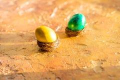 Ovos da páscoa Conceito da Páscoa com os ovos coloridos no fundo de madeira Foto de Stock