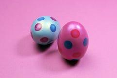 Ovos da páscoa cor-de-rosa e azuis do às bolinhas Imagem de Stock Royalty Free