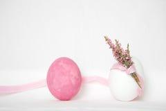 Ovos da páscoa cor-de-rosa e brancos com flor Fotos de Stock Royalty Free