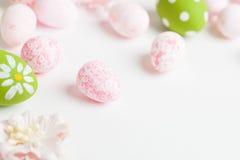 Ovos da páscoa cor-de-rosa no fundo claro imagens de stock royalty free