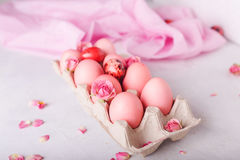 Ovos da páscoa cor-de-rosa no fundo claro Copyspace Ainda foto da vida dos lotes de ovos da páscoa cor-de-rosa Fundo com ovos de  Imagens de Stock Royalty Free