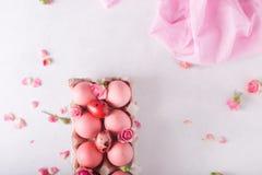 Ovos da páscoa cor-de-rosa no fundo claro Copyspace Ainda foto da vida dos lotes de ovos da páscoa cor-de-rosa Fundo com ovos de  Fotos de Stock