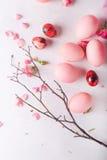 Ovos da páscoa cor-de-rosa no fundo claro Copyspace Ainda foto da vida dos lotes de ovos da páscoa cor-de-rosa Fundo com ovos de  Foto de Stock