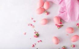 Ovos da páscoa cor-de-rosa no fundo claro Copyspace Ainda foto da vida dos lotes de ovos da páscoa cor-de-rosa Fundo com ovos de  Imagens de Stock