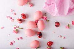 Ovos da páscoa cor-de-rosa no fundo claro Copyspace Ainda foto da vida dos lotes de ovos da páscoa cor-de-rosa Fundo com ovos de  Fotografia de Stock