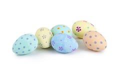 Ovos da páscoa Cor pastel-coloridos pintados à mão no fundo branco Foto de Stock