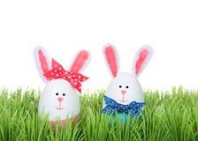 Ovos da páscoa crafted nos coelhos que sentam-se na grama foto de stock royalty free