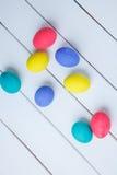 Ovos da páscoa da cor no fundo de madeira Fotografia de Stock