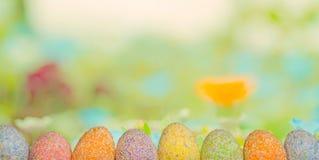 Ovos da páscoa da fileira com fundo da grama verde da mola fotos de stock royalty free