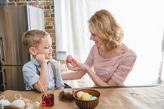 Ovos da páscoa da pintura da mãe e do filho fotos de stock royalty free