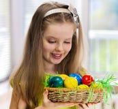 Ovos da páscoa da pintura das crianças em casa Foto de Stock Royalty Free