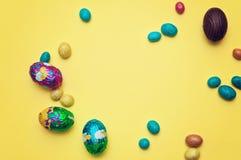 Ovos da páscoa - ovos de chocolate no ninho, no fundo branco imagem de stock royalty free