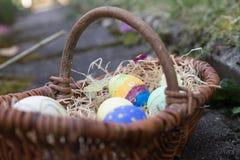 Ovos da páscoa de Colorfull em uma cesta Imagem de Stock Royalty Free