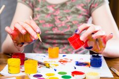 Ovos da páscoa de pintura em cores diferentes fotos de stock