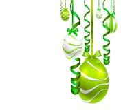 Ovos da páscoa de suspensão com fitas festivas Imagens de Stock