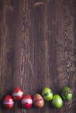 Ovos da páscoa Decoração festiva Páscoa feliz! Ovos da páscoa no wo Imagem de Stock