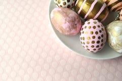 Ovos da páscoa decorados em uma bacia, close up no fundo pastel Imagem de Stock