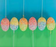 Ovos da páscoa decorados em varas na linha Fotos de Stock Royalty Free