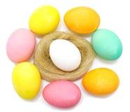 Ovos da páscoa decorados feitos a mão coloridos Imagens de Stock