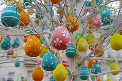 Ovos da páscoa decorados que penduram em ramos de árvore Imagem de Stock Royalty Free
