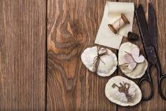 Ovos da páscoa decorativos com as ferramentas Imagens de Stock