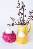 Ovos da páscoa decorativos e um grupo dos ramos das flores Foto de Stock Royalty Free