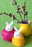 Ovos da páscoa decorativos e um grupo dos ramos das flores Imagem de Stock Royalty Free