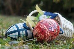 Ovos da páscoa decorativos em exterior na grama Fotos de Stock