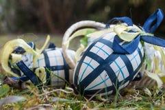 Ovos da páscoa decorativos em exterior na grama Foto de Stock