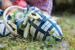 Ovos da páscoa decorativos em exterior na grama Fotografia de Stock Royalty Free