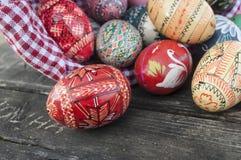 Ovos da páscoa decorativos em exterior na tabela de madeira Imagem de Stock