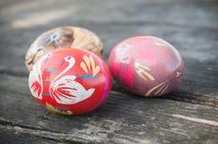 Ovos da páscoa decorativos em exterior na tabela de madeira Fotos de Stock