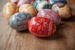 Ovos da páscoa decorativos em exterior na tabela de madeira Imagens de Stock