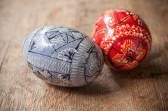 Ovos da páscoa decorativos em exterior na tabela de madeira Foto de Stock