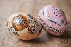 Ovos da páscoa decorativos em exterior na tabela de madeira Fotos de Stock Royalty Free