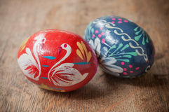 Ovos da páscoa decorativos em exterior na tabela de madeira Fotografia de Stock Royalty Free