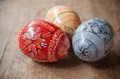 Ovos da páscoa decorativos em exterior na tabela de madeira Fotografia de Stock