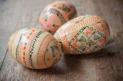 Ovos da páscoa decorativos em exterior na tabela de madeira Imagem de Stock Royalty Free
