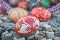 Ovos da páscoa decorativos em exterior no cascalho Fotografia de Stock Royalty Free
