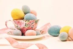 Ovos da páscoa decorativos no copo da porcelana Foto de Stock