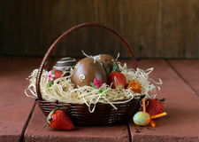Ovos da páscoa decorativos no fundo de madeira Foto de Stock