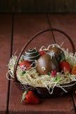 Ovos da páscoa decorativos no fundo de madeira Imagens de Stock