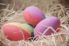 Ovos da páscoa decorativos no ninho no fundo de madeira Imagens de Stock Royalty Free