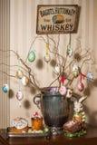 Ovos da páscoa decorativos perto do bolo e do coelho de easter Fotos de Stock